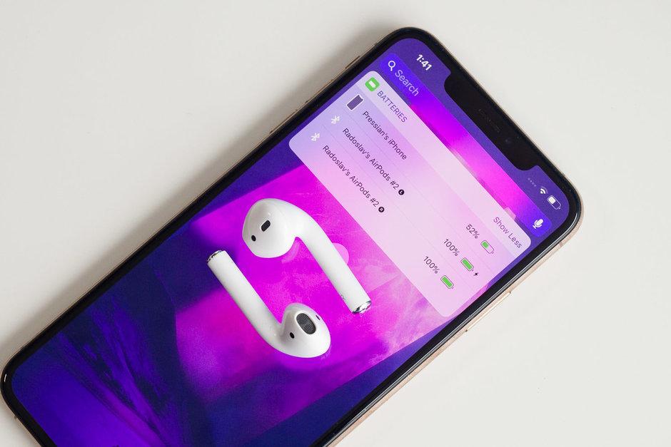 Apple AirPods ausinių įkrovimas naudojant Apple iPhone išmanųjį telefoną